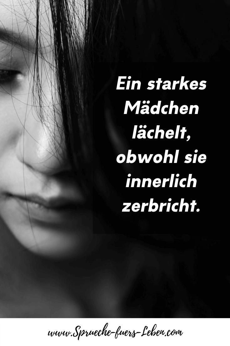 Ein starkes Mädchen lächelt, obwohl sie innerlich zerbricht.